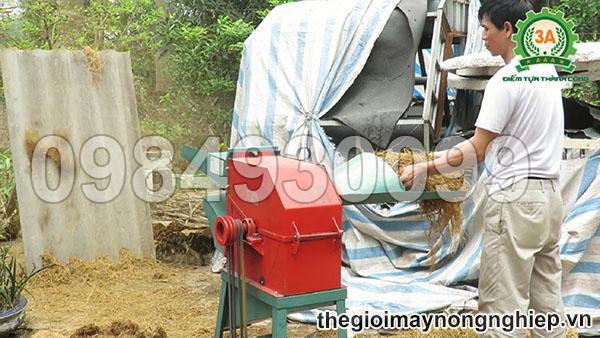 Hình ảnh người dân sử dụng để băm rơm khô
